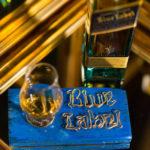 Suport pahar J.W. Blue Label, suport pentru pahar, lemn vintage, acrilic & sârmă © Gabriel Aldea